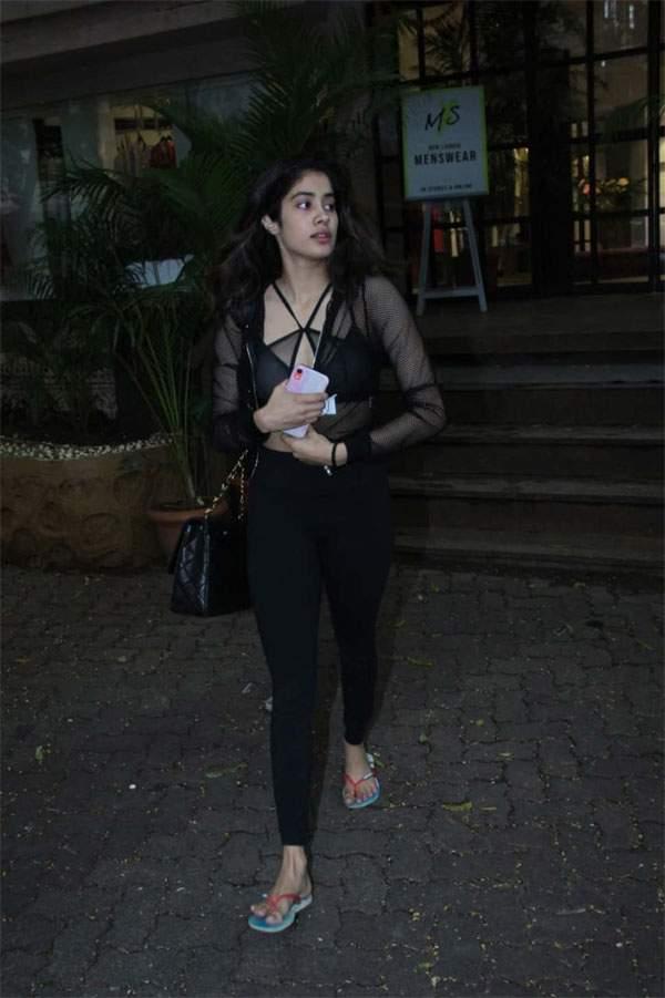 Janhvi Kapoor Latest Look 2019 Black Dress (2)